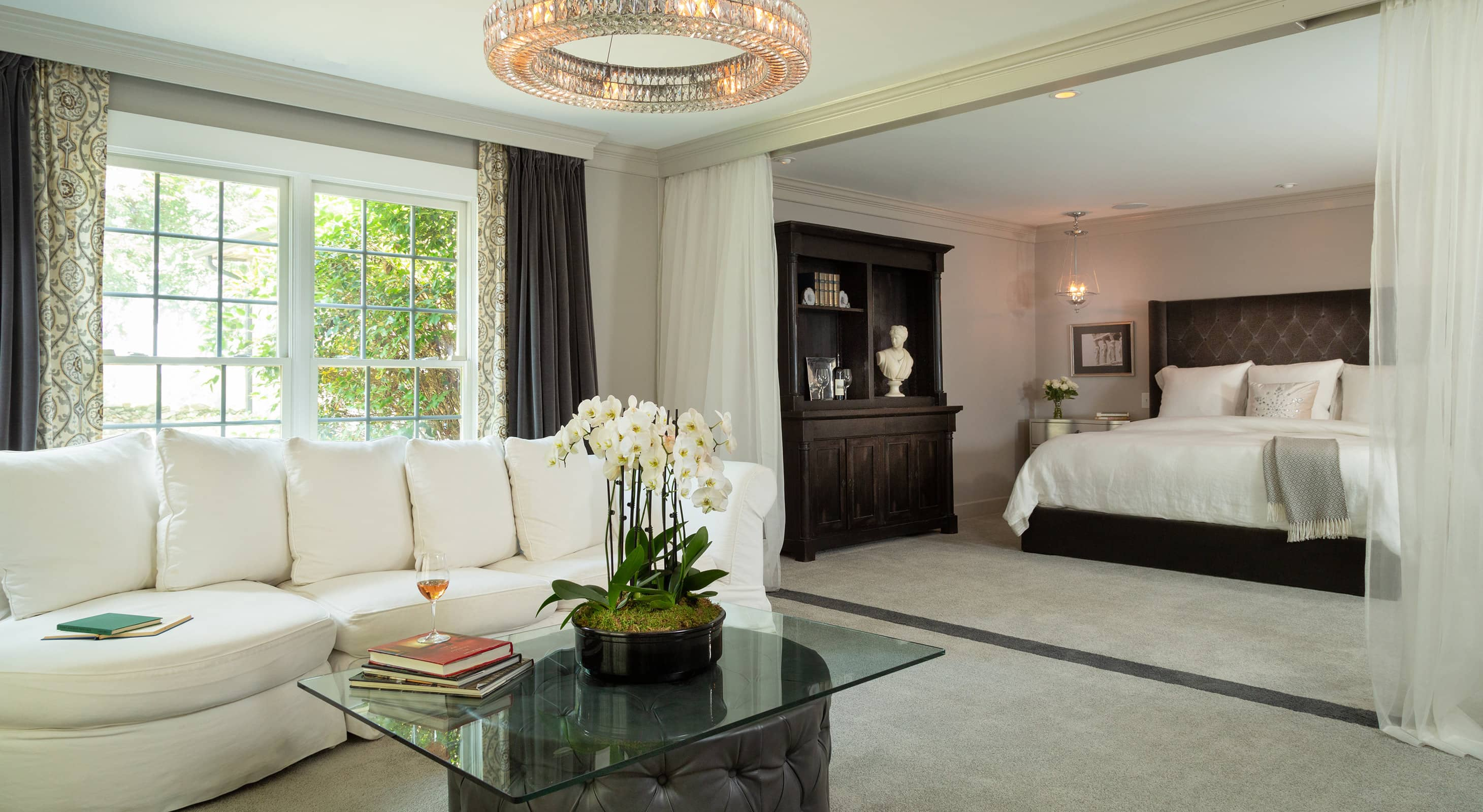 Glen Gordon - Gordon Suite bed and living room